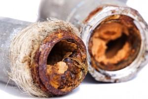 Un tubes coupé en deux laisse apparaître l'embouage, résultat de la corrosion et de l'oxygène présent dans le réseau