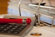 Le nécessaire pour vérifier les changements liés à l'individualisation des frais de chauffage : une calculatrice, un stylo et une facture