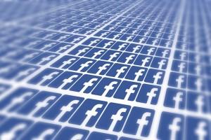 La suprêmatie Facebook symbolisée par une multitude de logos en contre-plongée